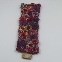 Bordeaux-farbenes Blüten Armband Handarbeit in Berlin produziert