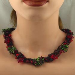 Handgestricktes Collier mit Kautschukblüten in Berlin produziert