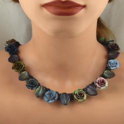 Collier mit Glasblättern und Metallrosen