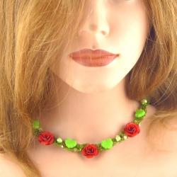 Handgestricktes Collier mit 3 roten Rosen in Berlin produziert